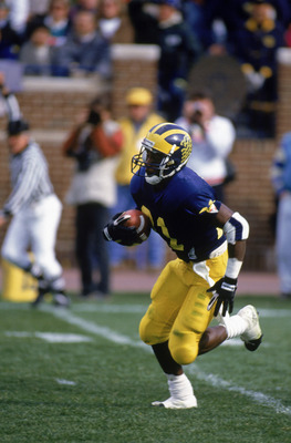 SEPTEMBER 19:  Desmond Howard #21 of the Michigan Wolverines runs with the ball during game against the Indiana Hoosiers on September 19, 1991 in Ann Arbor, Michigan.  Wolverines won 24 -16. (Photo by Jonathan Daniel/Getty Images)