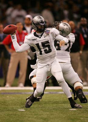 NEW ORLEANS - JANUARY 01:  Quarterback Colt Brennan #15 of the Hawai'i Warriors throws a pass against the Georgia Bulldogs during the Allstate Sugar Bowl at the Louisiana Superdome on January 1, 2008 in New Orleans, Louisiana.  (Photo by Matthew Stockman/