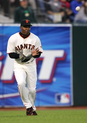 SAN FRANCISCO - JUNE 27:  Barry Bonds #25 of the San Francisco Giants catches a ball hit by Kevin Milwood #33 of the Texas Rangers in the fourth inning on June 27, 2006 at AT&T Park in San Francisco, California.  (Photo by Jed Jacobsohn/Getty Images)