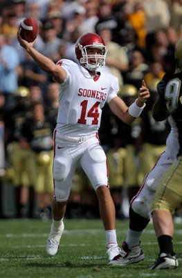 BOULDER, CO - SEPTEMBER 29:  Quarterback Sam Bradford #14 of the Oklahoma Sooners delivers a touchdown pass to Juaquin Iglesias #9 to take a 7-0 first quarter lead over the Colorado Buffaloes at Folsom Field September 29, 2007 in Boulder, Colorado.  (Phot