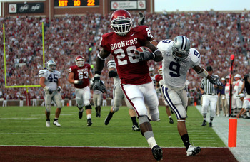 NORMAN, OK - OCTOBER 1:  Running back Adrian Peterson #28 of the Oklahoma Sooners runs for a touchdown past Kyle Williams #9 of the Kansas State Wildcats on October 1, 2005 at Memorial Stadium in Norman, Oklahoma.  (Photo by Ronald Martinez/Getty Images)