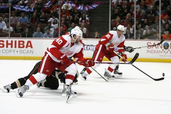 ANAHEIM, CA - JANUARY 14:  Henrik Zetterberg #40 of the Detroit Red Wings shoots the puck against the Anaheim Ducks during the NHL game at Honda Center on January 14, 2008 in Anaheim, California.   The Red Wings defeated the Ducks 4-3. (Photo by Christian