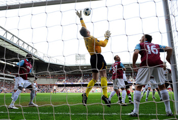 LONDON, ENGLAND - APRIL 02: Robert Green of West Ham United makes a save during the Barclays Premier League match between West Ham United and Manchester United at the Boleyn Ground on April 2, 2011 in London, England.  (Photo by Mike Hewitt/Getty Images)