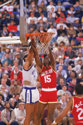 1987:  Mitchell Wiggins #15 of the Houston Rockets goes for the dunk during a game in the 1987-88 season. NOTE TO USER: User expressly acknowledges and agrees that, by downloading and/or using this Photograph, User is consenting to the terms and condition
