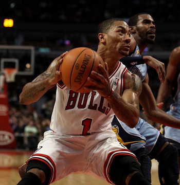 CHICAGO, IL - MARCH 25: Derrick Rose #1 of the Chicago Bulls drives against the Memphis Grizzlies at the United Center on March 25, 2011 in Chicago, Illinois. The Bulls defeated the Grizzlies 99-96. NOTE TO USER: User expressly acknowledges and agrees tha