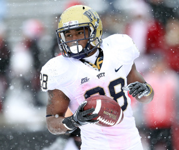 CINCINNATI, OH - DECEMBER 04:  Dion Lewis #28 of the Pittsburgh Panthers runs for a touchdown during the Big East Conference game against the Cincinnati Bearcats at Nippert Stadium on December 4, 2010 in Cincinnati, Ohio.  Pittsburgh won 28-10.(Photo by A