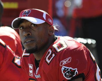 TAMPA, FL - NOVEMBER 16: Cornerback Ronde Barber #20 of the Tampa Bay Buccaneers watches play against the Minnesota Vikings at Raymond James Stadium on November 16, 2008 in Tampa, Florida.  (Photo by Al Messerschmidt/Getty Images)