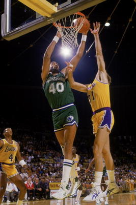 LOS ANGELES - 1986:  James Donaldson #40 of the Dalla Mavericks battles for a jump shot under the basket during the NBA game against the Los Angeles Lakers at the Great Western Forum in 1986. NOTE TO USER: User expressly acknowledges and agrees that, by d
