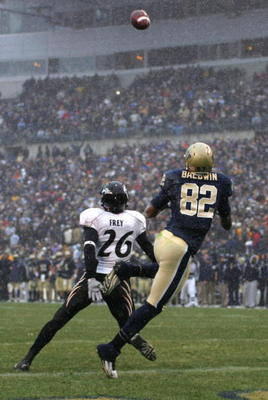 PITTSBURGH - DECEMBER 05:  Jonathan Baldwin #82 of the University of Pittsburgh Panthers catches a touchdown in the fourth quarter against the Cincinnati Bearcats on December 5, 2009 at Heinz Field in Pittsburgh, Pennsylvania. (Photo by Jared Wickerham/Ge