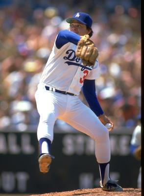 UNDATED:  FERNANDO VALENZUELA OF THE LOS ANGELES DODGERS DELIVERS A PITCH AT DODGER STADIUM IN LOS ANGELES, CALIFORNIA.  MANDATORY CREDIT: MIKE POWELL/ALLSPORT.