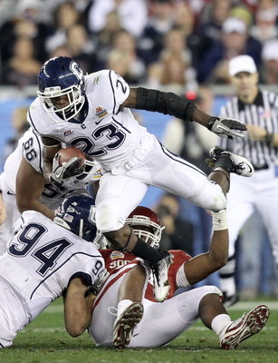 GLENDALE, AZ - JANUARY 01:  Jordan Todman #23 of the Connecticut Huskies runs the ball against the Oklahoma Sooners during the Tostitos Fiesta Bowl at the Universtity of Phoenix Stadium on January 1, 2011 in Glendale, Arizona.  (Photo by Christian Peterse