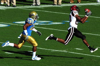 PASADENA, CA - SEPTEMBER 05:  Vincent Brown #80 of San Diego State catches a pass from teamate against the UCLA Bruins at Rose Bowl on September 5, 2009 in Pasadena, California.  (Photo by Jacob de Golish/Getty Images)