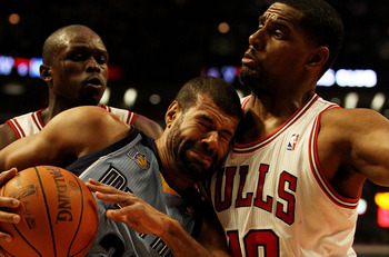 CHICAGO, IL - MARCH 25: Shane Battier #31 of the Memphis Girzzlies collides with Kurt Thomas #40 of the Chicago Bulls at the United Center on March 25, 2011 in Chicago, Illinois. NOTE TO USER: User expressly acknowledges and agrees that, by downloading an