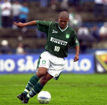 09 Feb 2002:  Alex of Palmeiras in action during the Rio-Sao Paulo Championship match between Palmeiras and Santos, played at the Parque Antartica Stadium, Sao Paulo.   DIGITAL IMAGE Mandatory credit: Renato Pizzutto/FOTOSIT Mandatory Credit: Allsport UK/