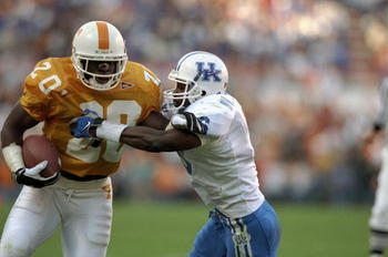 21 Nov 1998:  Running back Travis Henry #20 of the Tennessee Volunteers, left, in action during a game against the Kentucky Wildcats at Neyland Stadium in Knoxville, Tennessee. Tennessee defeated Kentucky 59-21. Mandatory Credit: Allsport/Allsport