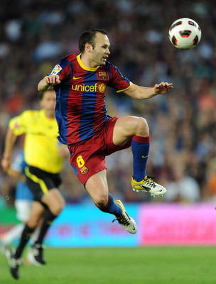 BARCELONA, SPAIN - APRIL 09:  Andres Iniesta of Barcelona controls a high ball during the la Liga match between FC Barcelona and UD Almeria at the Camp Nou stadium on April 9, 2011 in Barcelona, Spain.  (Photo by Jasper Juinen/Getty Images)