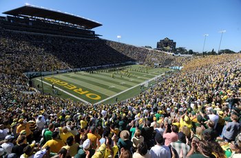 EUGENE, OR - SEPTEMBER 26: General view as the capacity crowd gets ready for the start of the game against the California Bears at Autzen Stadium on September 26, 2009 in Eugene, Oregon. Oregon won the game 42-3. (Photo by Steve Dykes/Getty Images)