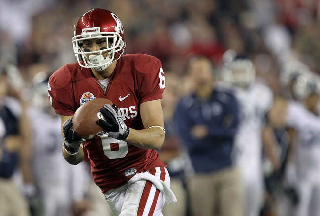 GLENDALE, AZ - JANUARY 01:  Cameron Kenney #6 of the Oklahoma Sooners catches a 59-yard touchdown reception in the third quarter against the Connecticut Huskies during the Tostitos Fiesta Bowl at the Universtity of Phoenix Stadium on January 1, 2011 in Gl