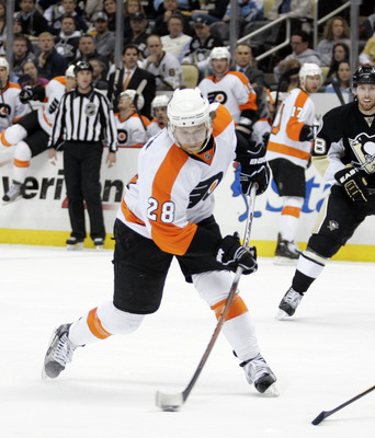 PITTSBURGH, PA - MARCH 29:  Claude Giroux #28 of the Philadelphia Flyers shoots and scores in the second period against the Pittsburgh Penguins at Consol Energy Center on March 29, 2011 in Pittsburgh, Pennsylvania.  (Photo by Justin K. Aller/Getty Images)