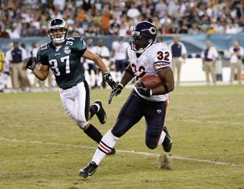 PHILADELPHIA - OCTOBER 21: Cedric Benson #32 of the Chicago Bears carries the ball against Sean Considine #37 the Philadelphia Eagles at Lincoln Financial Field October 21, 2007 in Philadelphia, Pennsylvania. (Photo by Kevin C. Cox/Getty Images)