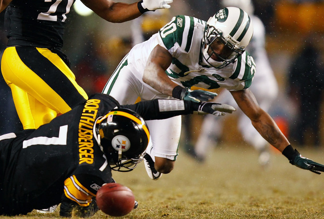 PITTSBURGH, PA - DECEMBER 19:  Drew Coleman #30 of the New York Jets reaches for a loose ball in front of Ben Roethlisberger #7 of the Pittsburgh Steelers during the game on December 19, 2010 at Heinz Field in Pittsburgh, Pennsylvania.  (Photo by Jared Wi