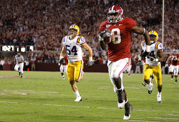 TUSCALOOSA, AL - NOVEMBER 07:  Julio Jones #8 of the Alabama Crimson Tide rushes upfield for a 73 yard touchdown against the Louisiana State University Tigers at Bryant-Denny Stadium on November 7, 2009 in Tuscaloosa, Alabama.  (Photo by Kevin C. Cox/Gett