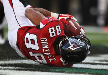 PHILADELPHIA - OCTOBER 17:   Tony Gonzalez #88 of the Atlanta Falconsscores a touchdown against  the Philadelphia Eagles during their game at Lincoln Financial Field on October 17, 2010 in Philadelphia, Pennsylvania.  (Photo by Al Bello/Getty Images)