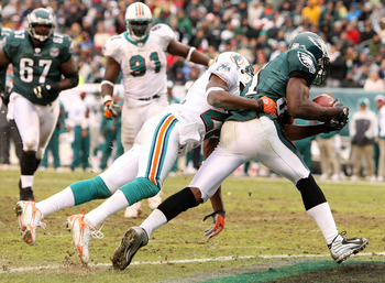 PHILADELPHIA - NOVEMBER 18:  Jason Avant #81 of the Philadelphia Eagles scores a touchdown as Michael Lehan #22 of the Miami Dolphins is late with the tackle on November 18, 2007 at Lincoln Financial Field in Philadelphia, Pennsylvania.  (Photo by Al Bell
