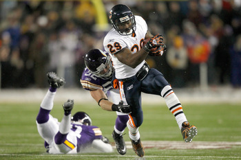 MINNEAPOLIS, MN - DECEMBER 20: Chester Taylor #29 of the Chicago Bears carries the ball against Chad Greenway #52 of the Minnesota Vikings at TCF Bank Stadium on December 20, 2010 in Minneapolis, Minnesota.  (Photo by Matthew Stockman/Getty Images)