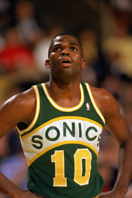 LOS ANGELES - 1990:  Nate McMillan #10 of the Seattle Supersonics looks up at the scoreboard during a game against the Los Angeles Lakers in the 1989-1990 NBA season at the Great Western Forum in Los Angeles, California.  (Photo by Ken Levine/Getty Images