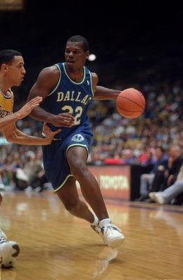 1 Dec 1993:  Forward Jamal Mashburn of the Dallas Mavericks drives baseline in attempt to go around guard Eddie Jones of the Los Angeles Lakers during the Mavericks matchup against the Lakers at the Great Western Forum in Inglewood, California.   Mandator