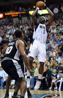 DALLAS - APRIL 25:  Forward Josh Howard #5 of the Dallas Mavericks takes a shot against Kurt Thomas #40 of the San Antonio Spurs in Game Four of the Western Conference Quarterfinals during the 2009 NBA Playoffs at American Airlines Center on April 25, 200