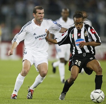TURIN, ITALY - MAY 14:  Edgar Davids of Juventus holds off a challenge from Zinedine Zidane of Real Madrid during the UEFA Champions League semi final second leg match between Juventus and Real Madrid on May 14, 2003 at the Stadio Delle Alpi in Turin, Ita