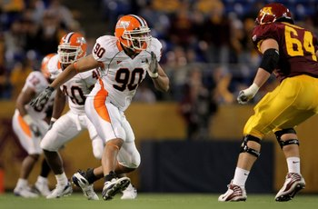MINNEAPOLIS, MN - NOVEMBER 03:  Defensive end Antonio James #90 of the Illinois Fighting Illini leaves the line of scrimmage as tackle Steve Shidell #64 of the Minnesota Golden prepares to block at the Hubert H. Humphrey Metrodome on November 3, 2007 in M