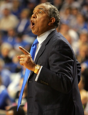 LEXINGTON, KY - FEBRUARY 28:  Tubby Smith the head coach of the Kentucky Wildcats gives instructions to his team during the game against the Georgia Bulldogs on February 28, 2007 at Rupp Arena in Lexington, Kentucky. Kentucky won 82-70.  (Photo by Andy Ly