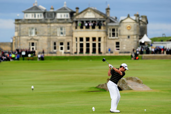 ST ANDREWS, SCOTLAND - JULY 18:  Louis Oosthuizen of South Africa tees off on the 18th hole during the final round of the 139th Open Championship on the Old Course, St Andrews on July 18, 2010 in St Andrews, Scotland.  (Photo by Stuart Franklin/Getty Imag