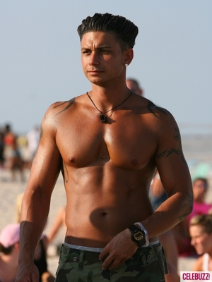 Dj-pauly-d-shirtless-at-the-beach-filming-a-scene-for-season-3-of-435x5801_display_image