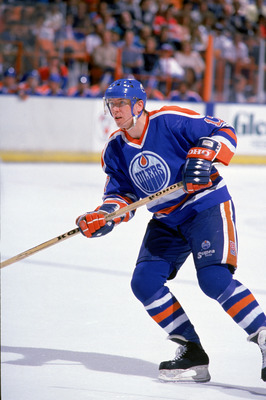 INGLEWOOD, CA - 1988:  Right wing Jari Kurri #17 of the Edmonton Oilers moves against the Los Angeles Kings during the 1988-89 season at the Great Western Forum in Inglewood, California.  (Photo by Mike Powell/Getty Images)