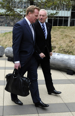 MINNEAPOLIS, MN - APRIL 19: NFL Commissioner Roger Goodell (L) and NFL owner Jerry Jones of the Dallas Cowboys arrive for court-ordered mediation at the U.S. Courthouse on April 19, 2011 in Minneapolis, Minnesota. Mediation was ordered after a hearing on