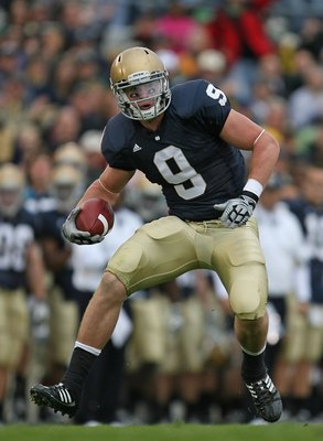 SOUTH BEND, IN - OCTOBER 03: Kyle Rudolph #9 of the Notre Dame Fighting Irish runs after making a catch against the Washington Huskies on October 3, 2009 at Notre Dame Stadium in South Bend, Indiana. Notre Dame defeated Washington 37-30 in overtime.  (Pho