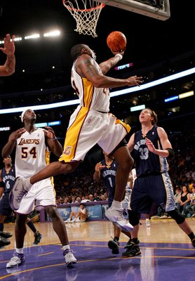 LOS ANGELES - NOVEMBER 12:  Kobe Bryant #24 of the Los Angeles Lakers puts up a reverse layup in front of teammate Kwame Brown #54 and Mike Miller #33 of the Memphis Grizzlies on November 12, 2006 at Staples Center in Los Angeles, California. The Lakers d
