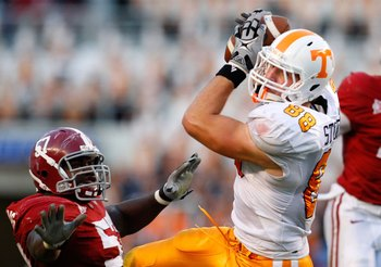 TUSCALOOSA, AL - OCTOBER 24:  Luke Stocker #88 of the Tennessee Volunteers against Marcell Dareus #57 of the Alabama Crimson Tide at Bryant-Denny Stadium on October 24, 2009 in Tuscaloosa, Alabama.  (Photo by Kevin C. Cox/Getty Images)
