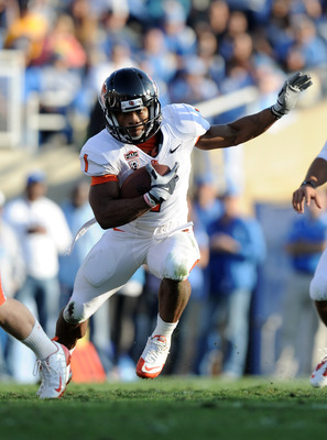 PASADENA, CA - NOVEMBER 06:  Jacquizz Rodgers #1 of the Oregon State Beavers runs through an opening against the UCLA Bruins at the Rose Bowl on November 6, 2010 in Pasadena, California.  (Photo by Harry How/Getty Images)