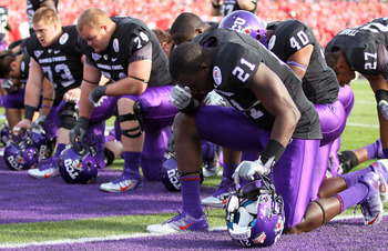 PASADENA, CA - JANUARY 01:  The TCU Horned Frogs kneel prior to playing the Wisconsin Badgers in the 97th Rose Bowl game on January 1, 2011 in Pasadena, California.  (Photo by Jeff Gross/Getty Images)