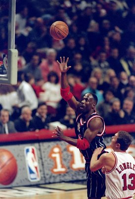 18 Jan 1998:  Forward Kevin Willis of the Houston Rockets shoots the ball during a game against the Chicago Bulls.  The Rockets won the game, 106-100. Mandatory Credit: Matthew Stockman  /Allsport