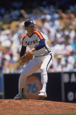 1986:  Nolan Ryan of the Houston Astros winds up the pitch during a MLB (Major League Baseball) game in 1986.  (Photo by Bud Symes /Getty Images)