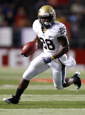PISCATAWAY, NJ - OCTOBER 16:  Dion Lewis #28 of the University of Pittsburgh Panthers runs against the the Rutgers University Scarlett Knights on October 16, 2009 at Rutgers Stadium in Piscataway, New Jersey.  (Photo by Jared Wickerham/Getty Images)