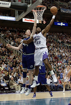 21 Apr 2001:  Forward Karl Malone #32 of the Utah Jazz works around center Shawn Bradley #44 of the Dallas Mavericks during their first round playoff game at the Delta Center in Salt Lake City, Utah.  <DIGITAL IMAGE> Mandatory Credit: Brian Bahr/ALLSPORT