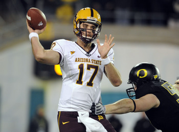 EUGENE,OR - NOVEMBER 14: Quarterback Brock Osweiler #17 of the Arizona State Sun Devils gets off a pass as linebacker Casey Matthews #55 of the Oregon Ducks applies pressure in the second quarter of the game at Autzen Stadium on November 14, 2009 in Eugen