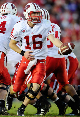 PASADENA, CA - JANUARY 01:  Quarterback Scott Tolzien #16 of the Wisconsin Badgers looks to hand the ball against the TCU Horned Frogs in the 97th Rose Bowl game on January 1, 2011 in Pasadena, California.  (Photo by Kevork Djansezian/Getty Images)